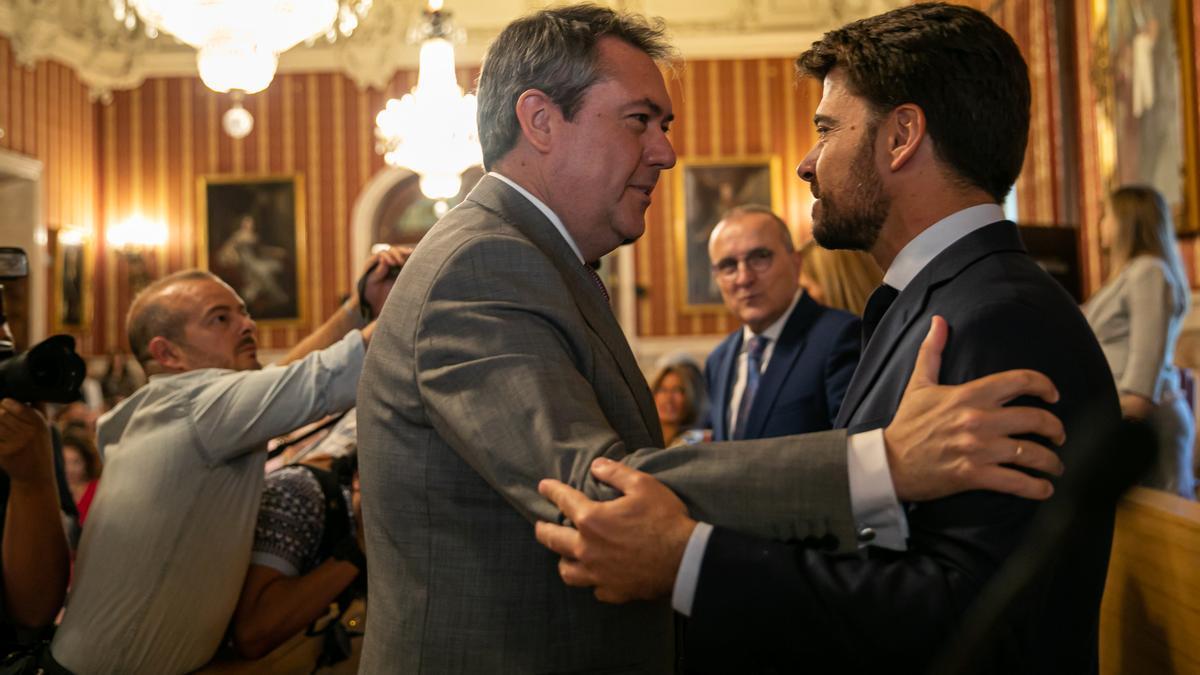 Juan Beltrán (derecha) saluda a Juan Espadas tras su segunda toma de posesión como alcalde.