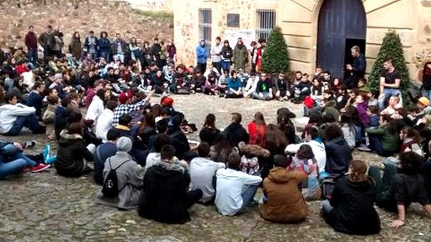 Los jóvenes universitarios se concentran a las puertas del rectorado en Cáceres, en apoyo al encierro / Twitter @OlmoJPuerto