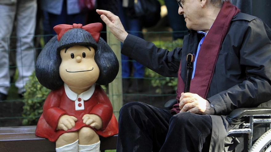 El caricaturista argentino Quino posa junto a su creación, la famosa Mafalda, durante la presentación de la estatua el pasado 2014 en Oviedo