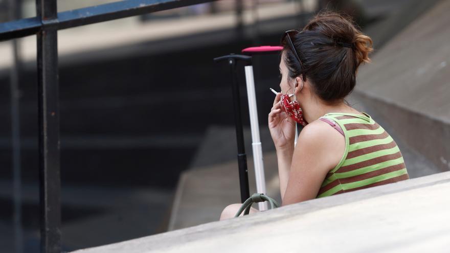 Una mujer fumando. EFE/Mariscal