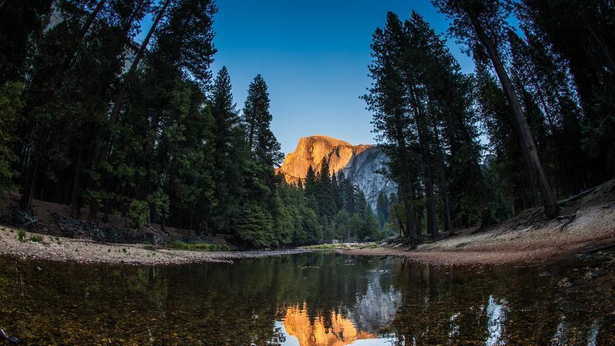 Reflejos en Mirror Lake. En el agua puede verse Half Dome. Anthony Quintano (CC)