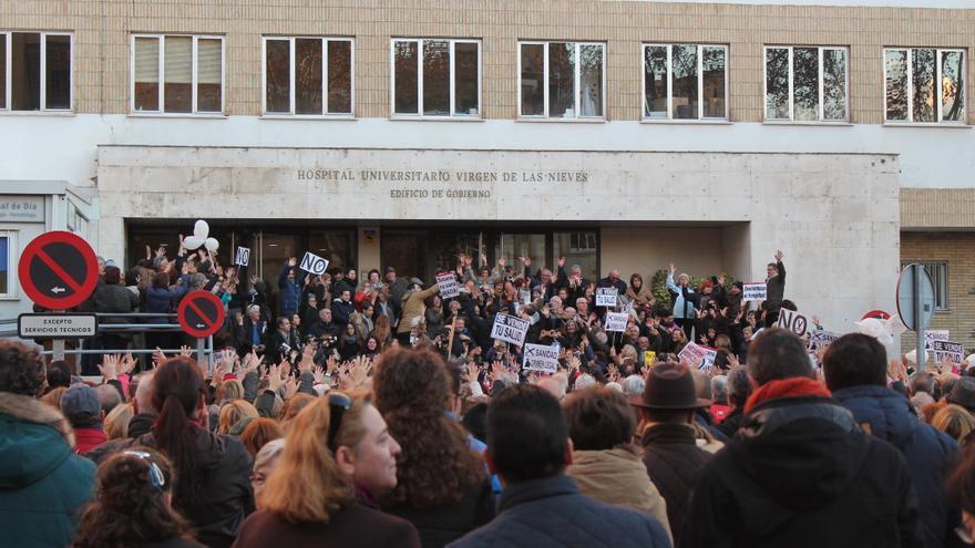 Movilización contra la fusión ante el edificio de Gobierno del Hospital Virgen de las Nieves