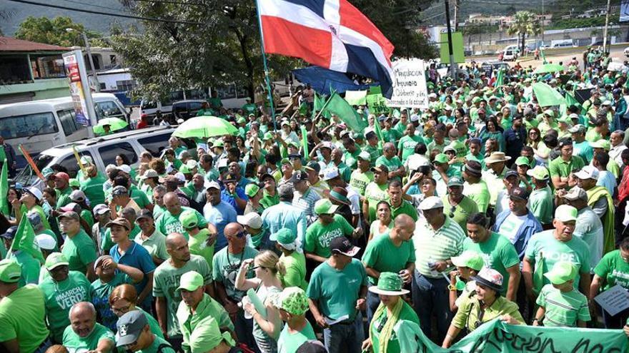 Miles marchan en República Dominicana para exigir justicia por los sobornos de Odebrecht