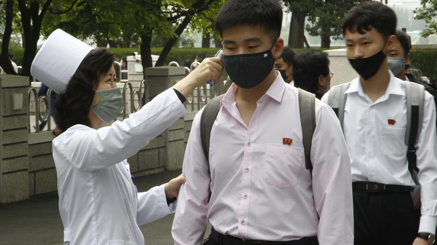 Estudiantes del Ryongwang Senior Middle School a los que les comprueban su temperatura en Pyongyang, Corea del Norte