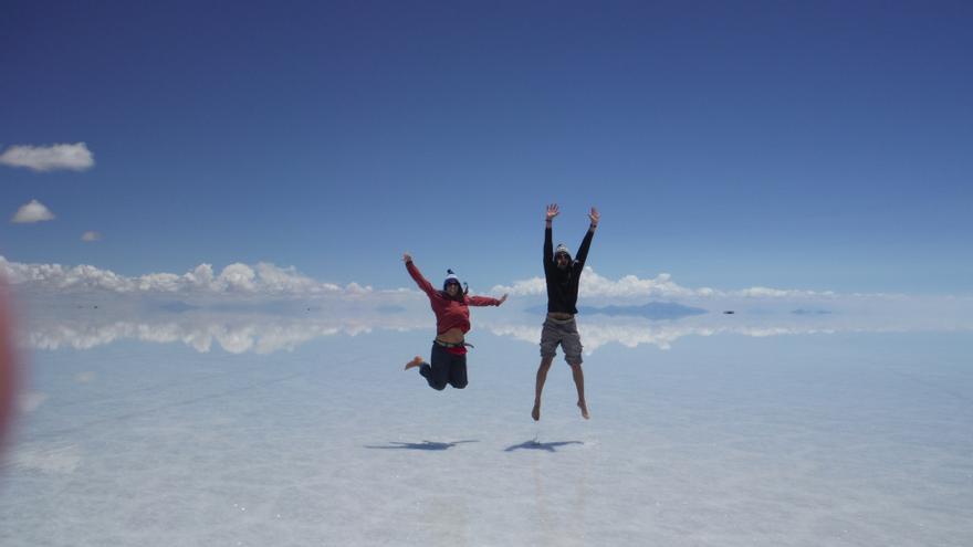 Los periodistas María José Morón y José Pablo García en el Salar de Uyuni (Bolivia)
