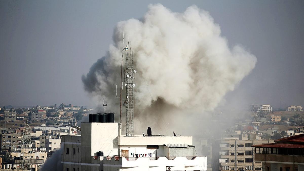 El ejército de Israel atacó posiciones del movimiento islamista Hamas en la Franja de Gaza y volvió a endurecer completamente el bloqueo a ese pequeño territorio palestino.