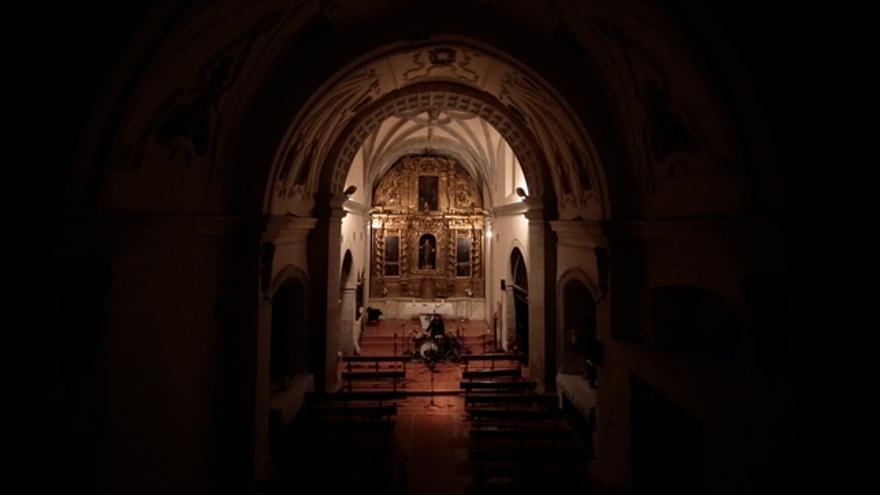 Interior de la iglesia de Pozuel de Ariza durante la grabación de 'The Dame'.