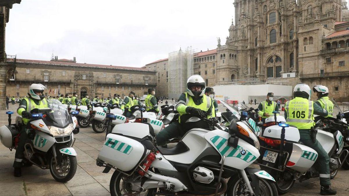 Agentes de la Guardia Civil en la Praza do Obradoiro.