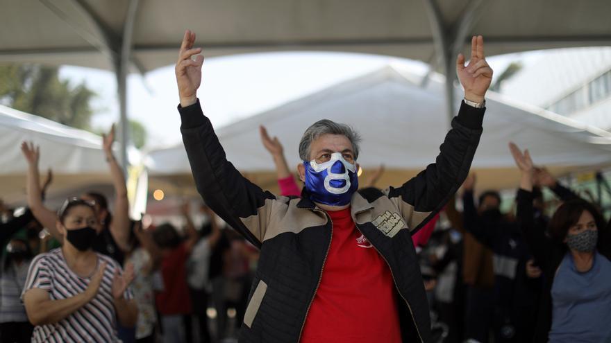 Village People y bailoteos tras recibir la vacuna anticovid en México