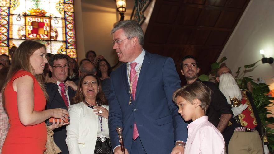 La portavoz de C's (a la izquierda) conversa con Fernández de Moya tras el pleno de constitución.