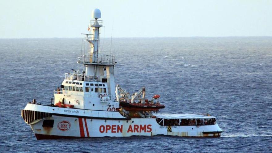 Los 147 migrantes del Open Arms esperan en aguas italianas a desembarcar
