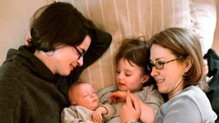 Sharon Duchesneau y Candace McCullough con sus hijos