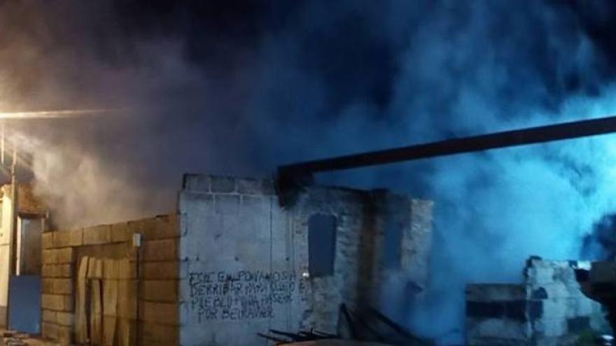 Vista de la pintada contra la permanencia del astillero, durante el inendio