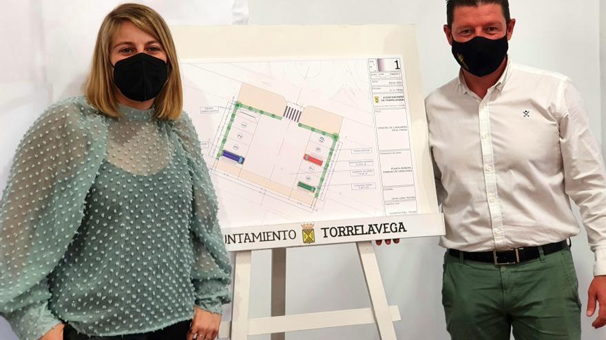 Los concejales de Turismo y Dinamización, Cristina García Viñas y Jesús Sánchez, presentan el área de autocaravanas en el MNG
