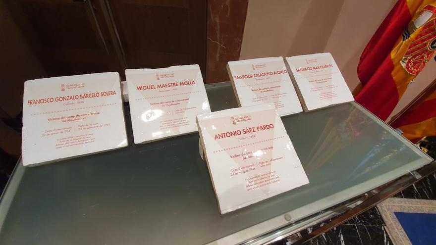 Las baldosas en honor de los cinco alicantinos muertos en el holocausto.