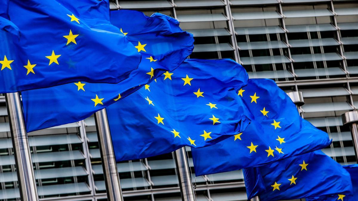 Banderas de la Unión Europea ondean ante la sede de la Comisión Europea en Bruselas (Bélgica)