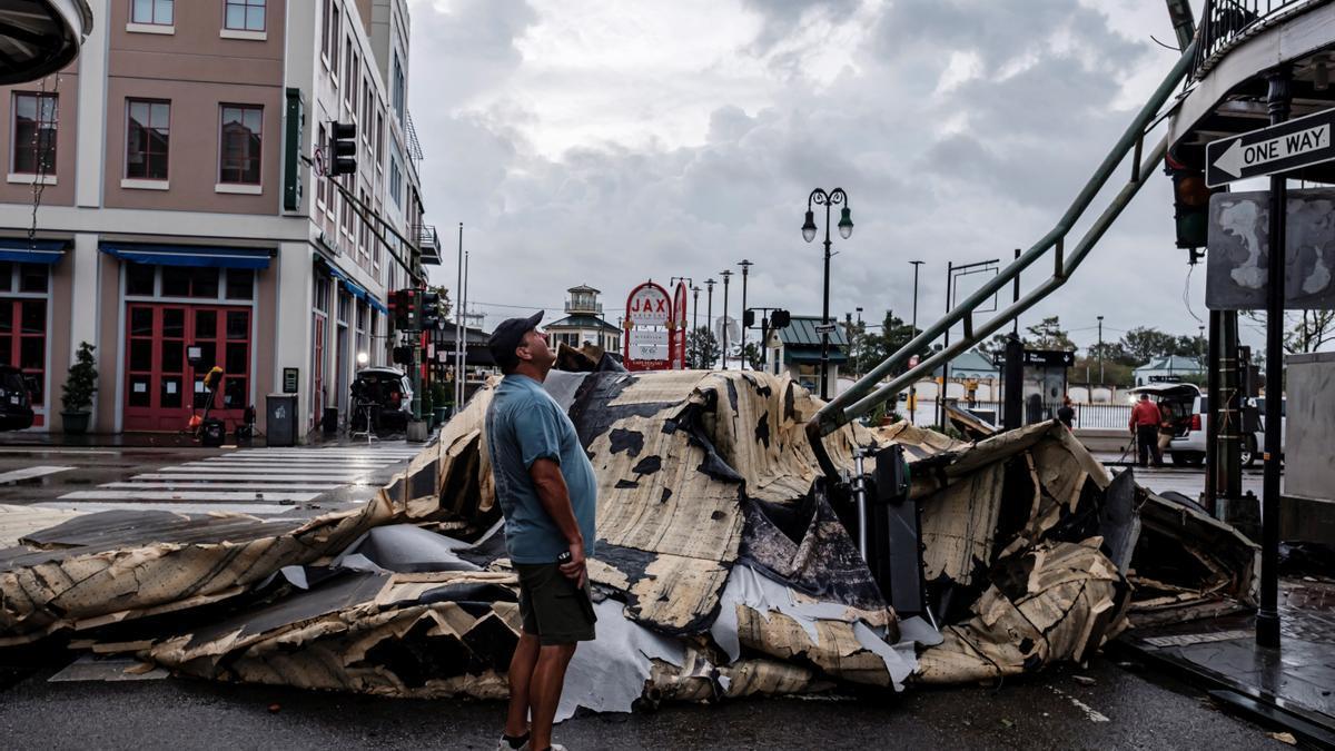 Un hombre junto a un trozo de tejado que se desprendió de un edificio del Barrio Francés debido al huracán Ida en Nueva Orleans.