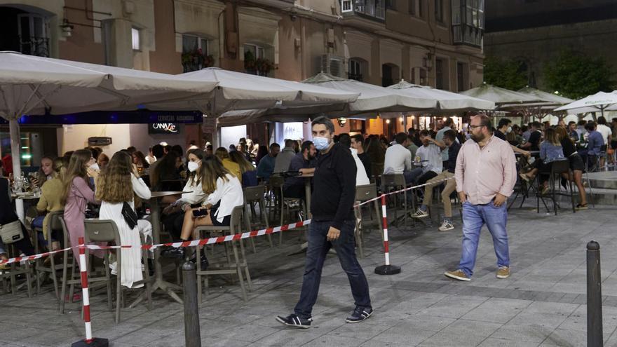 Ambiente en una calle de bares de Santander, antes de su cierre a medianoche,