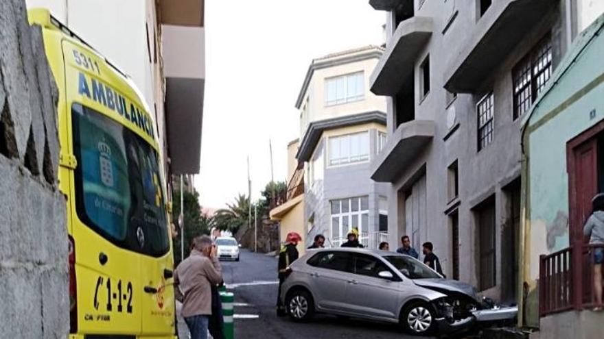 La imagen, el vehículo empotrado en contra una vivienda en La Calle de San Andrés y Sauces.