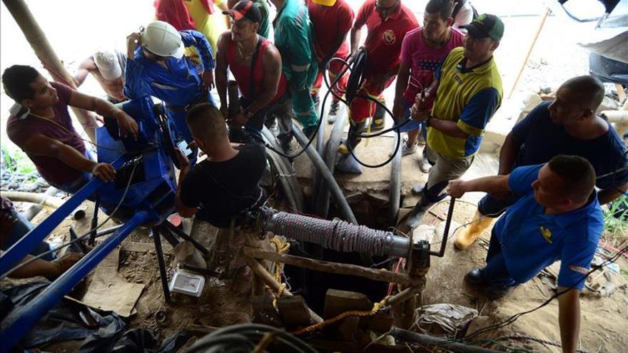 Santos dice que el rescate de los mineros no es fácil por filtraciones del río Cauca
