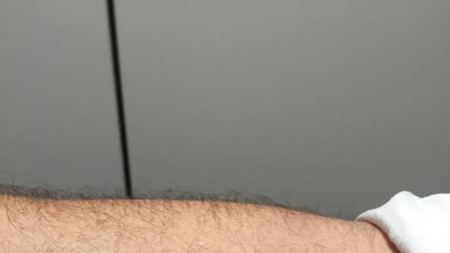 El antebrazo derecho de Javier Sánchez-Simón, con el emblema de la Autoridad Portuaria tatuado en su piel.