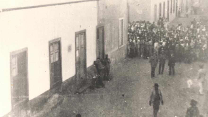 Colegio electoral en la calle La Marina momentos antes de la muerte de los seis obreros