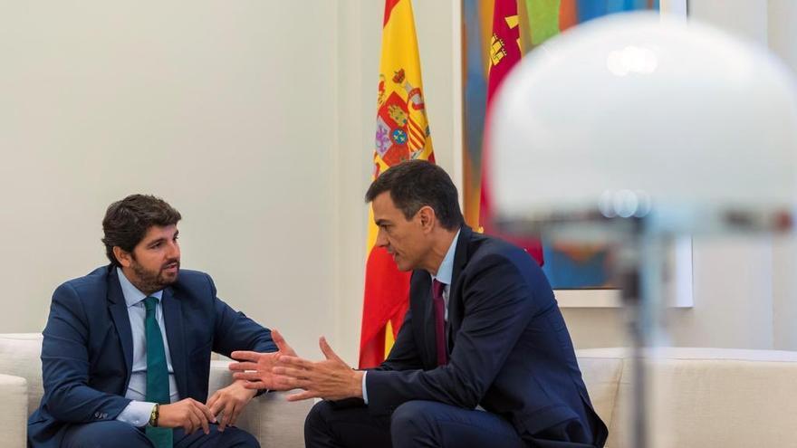 """El presidente de Murcia propone a Pedro Sánchez transferir las competencias educativas para evitar el """"adoctrinamiento en Cataluña"""""""