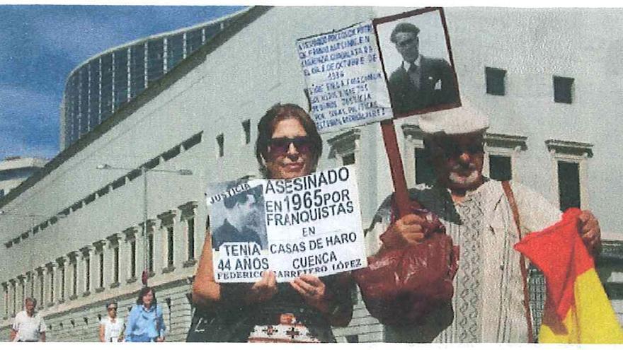Gema Carretero portando una pancarta que reclama justicia en memoria de su padre, Federico Carretero, asesinado por el franquismo en 1965.