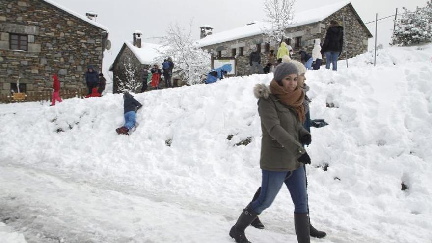 La nieve, la lluvia y el viento ponen en alerta a trece comunidades