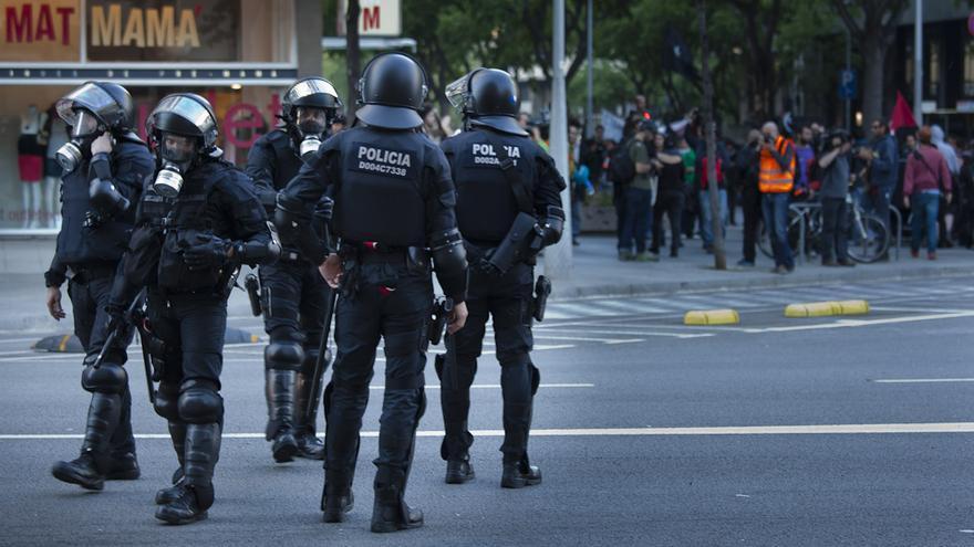 La manifestació del Primer de Maig, ampliament controlada per cos d'antiavalots dels Mossos d'Esquadra. /ENRIC CATALÀ