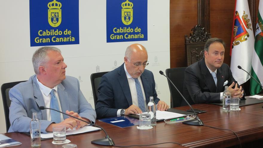 Consejero de Cultura del Cabildo de Gran Canaria Carlos Ruiz, el presidente insular Antonio Morales y  Karel Mark Chichon