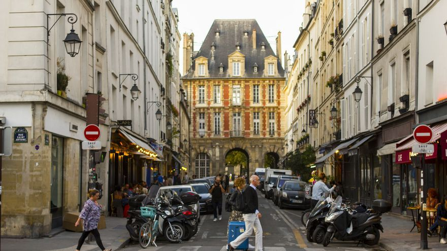 El Pabellón de Real desde la Rue de Saint Antoine, una de las estampas más bonitas del barrio parisino de Le Marais. Viajar Ahora