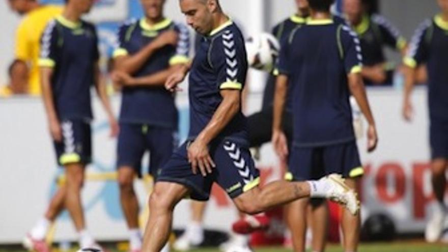 Pedro vega golpea al balón durante un entrenamiento en Barranco Seco. (udlaspalmas.es)