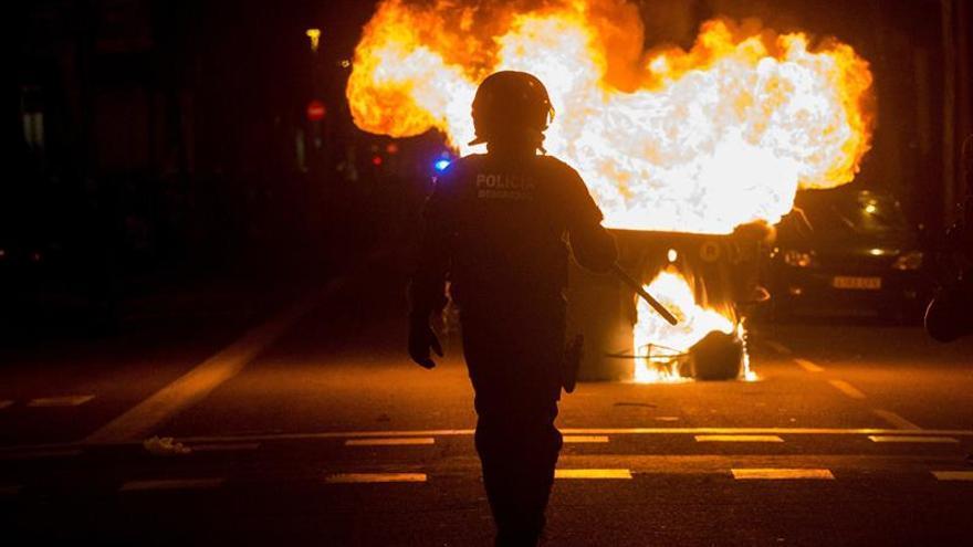Nueve detenidos y 98 heridos en disturbios que empiezan a remitir en Cataluña