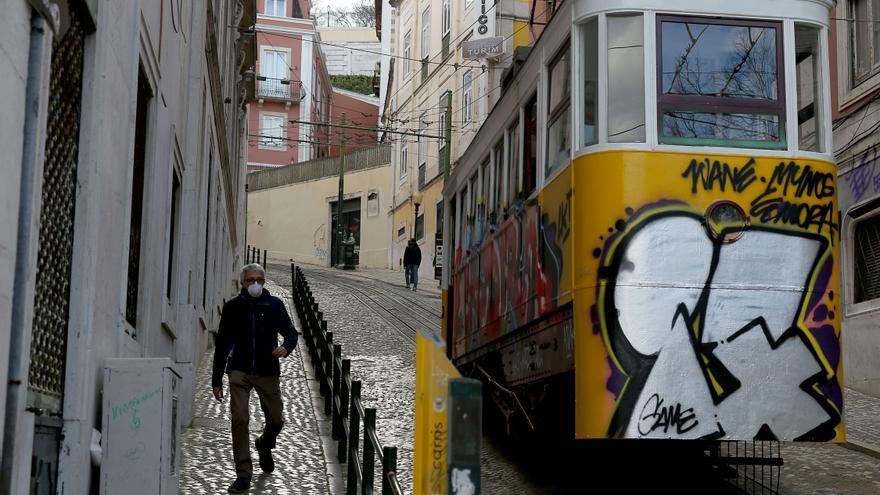 Un hombre con una máscara pasea por las calles de Lisboa (Portugal).