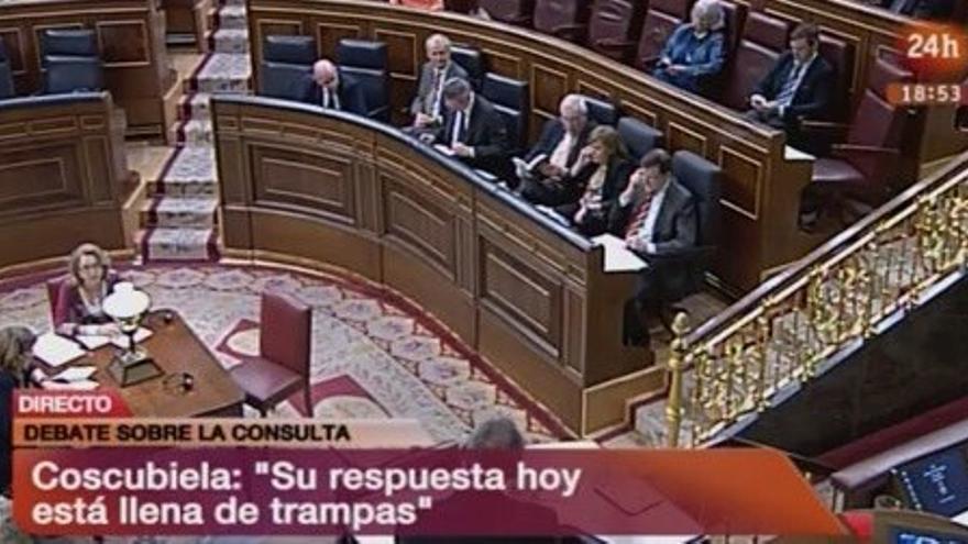 Captura del debate sobre la consulta soberanista en la que se ve a Rajoy y Sáenz de Santamaría hablando por teléfono durante la intervención de Coscubiela (Izquierda Plural).