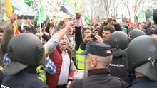 Cargas policiales durante una protesta de agricultores para pedir precios justos en el campo, en Don Benito (Badajoz)