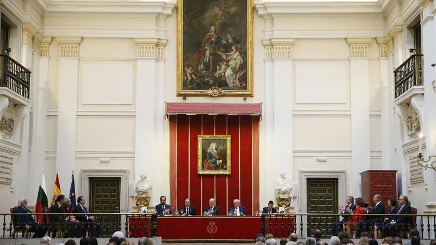Don Juan Carlos homenajea al rey Simeón como hombre abierto al consenso