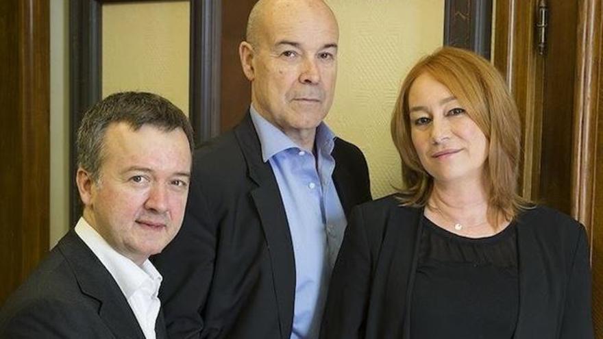 El actor Antonio Resines (centro) junto a la cineasta Gracia Querejeta y el productor Edmon Roch./ Foto: Academia del Cine