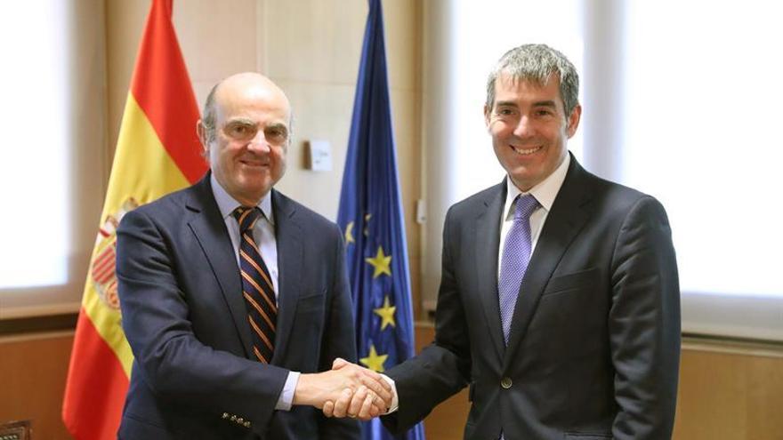 El presidente de Canarias, Fernando Clavijo, y el ministro de Economía, Luís de Guindos, durante la reunión que mantuvieron en la sede del ministerio.EFE/Zipi