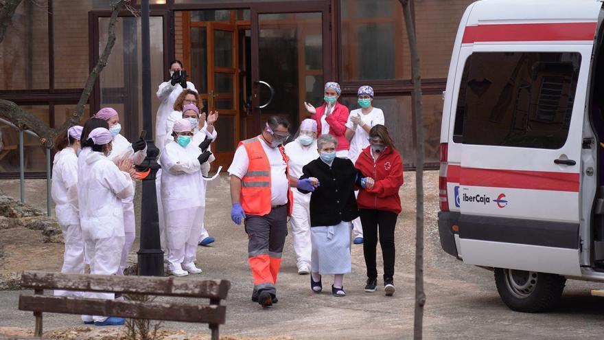 Momento de un alta en el centro intermedio para pacientes con la COVID-19 de Alfambra (Teruel).