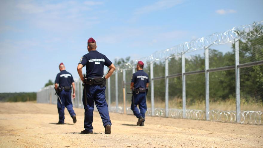 Durante mucho tiempo habían aprendido que la combinación de fronteras y uniformes puede ser una cuestión de vida o muerte para ellos. / Foto: Jure Eržen.