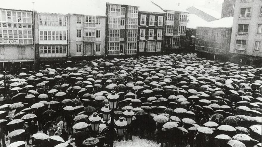 La conocida como manifestación de los paraguas reunió a miles de personas bajo una intensa nevada. | ARCHIVO CCOO