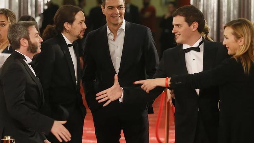 Pablo Iglesias, de esmoquin, y Sánchez sin corbata, en los Goya