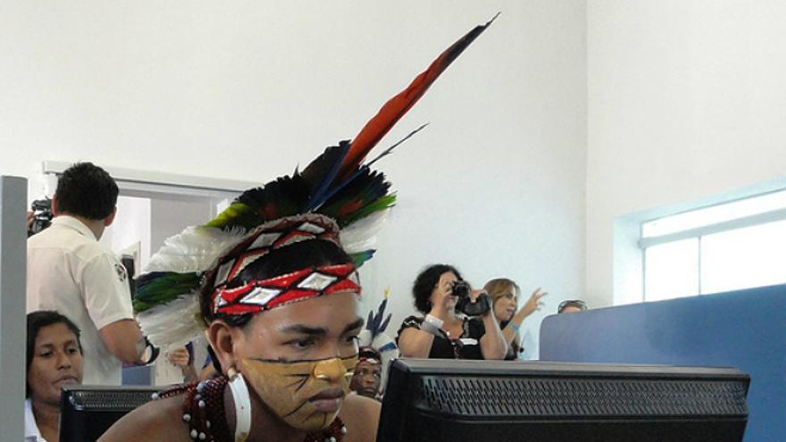 Un indígena brasileño trabajando con un ordenador (Foto: USAID_IMAGES | Flickr)