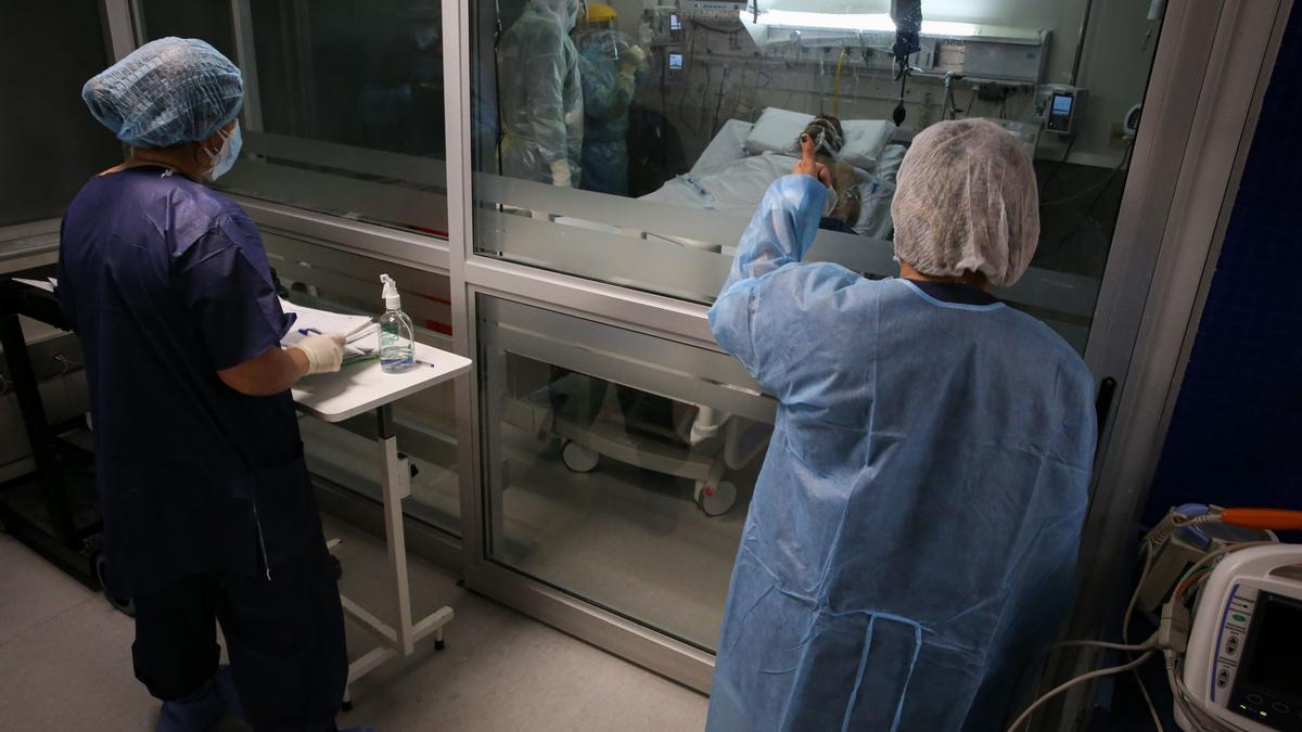 Enfermeros del Centro de Tratamientos intensivos (CTI) del hospital privado Casmu atienden a pacientes covid-19, el 14 de abril de 2021 en Montevideo (Uruguay). EFE/ Raúl Martínez