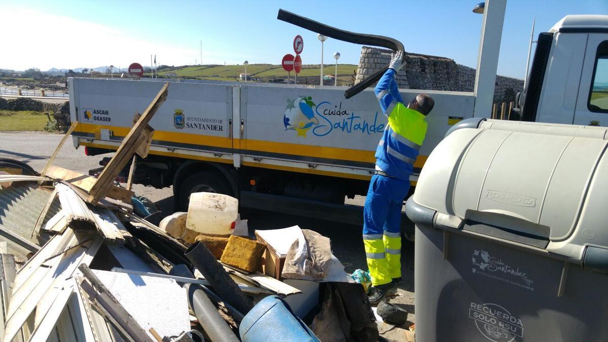 Operario del servicio de basuras de Santander durante la recogida.   ARCHIVO