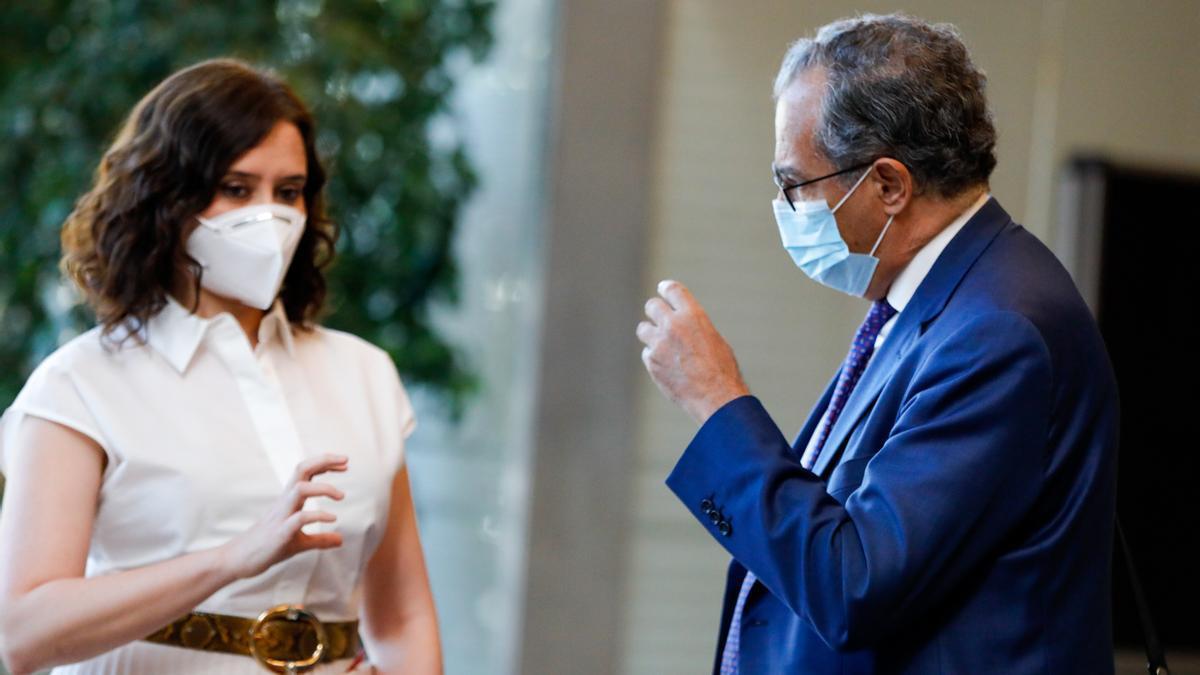 La presidenta de la Comunidad de Madrid, Isabel Díaz Ayuso (i) y el consejero de Educación, Enrique Ossorio (d) en una foto de archivo.