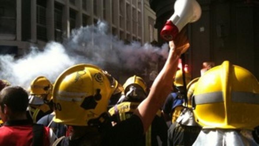 Protesta de los bomberos grancanarios en Triana.