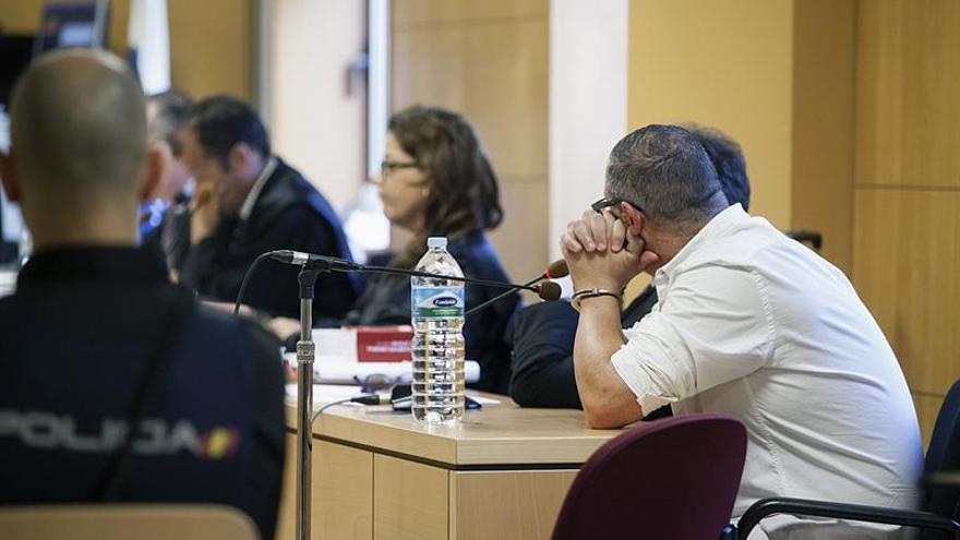 C.G.H (d), acusado de un presunto delito de homicidio y asesinato hacia su expareja Iris Francés, en octubre de 2015, durante el jucio celebrado en la sección quinta de la Audiencia de Santa Cruz de Tenerife, en el que el fiscal pide 35 años de prisión para él. EFE/Ramón de la Rocha